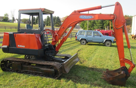 "Kubota KH040 Diesel Excavator with Steel Tracks, Blade, 26"" Bucket, 2335 Hours, 2 Speed. S#11350. En"