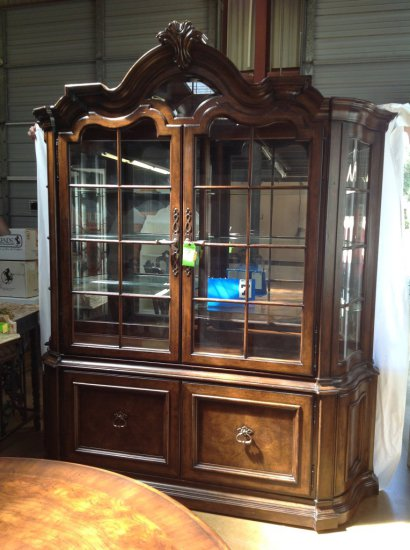 THOMASVILLE LIGHTED CHINA CABINET