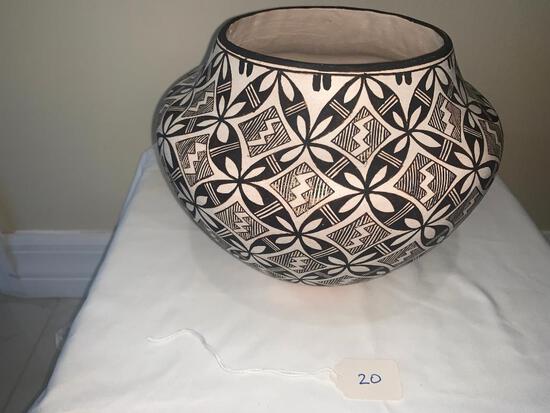 Black on white fine line jar