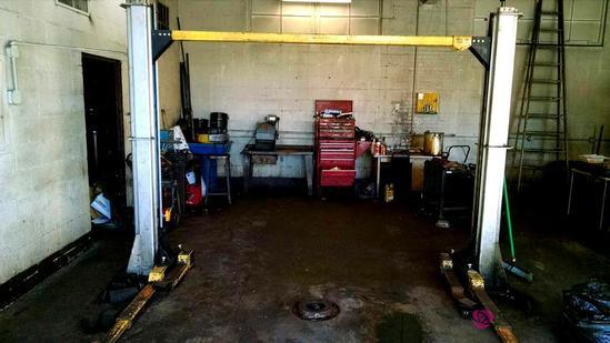 Wheeltronic 8000 lb hydraulic/ electric garage lift