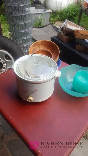 Crock pot and bowls C1