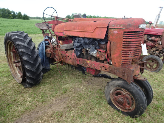 FARMALL MD TRACTOR  NF  (MISSING ENGINE HEAD)