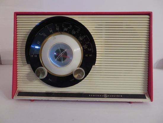Red Plastic General Electric table top radio, Del X 861