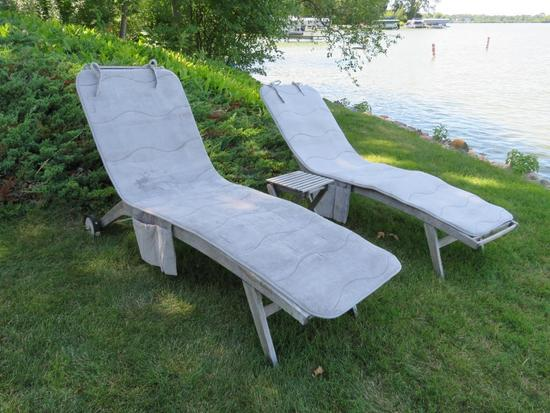 Pair of wooden slat chaise lounge chair and table, terry covers for each chaise