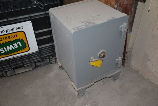 Old Safe - 5 % BUYER'S PREMIUM ON THIS LOT
