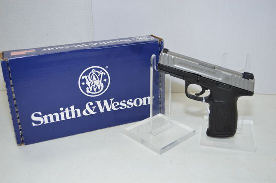 Smith&Wesson Model SD9VE 9mm Cal., Like new in box with extra magazine, som