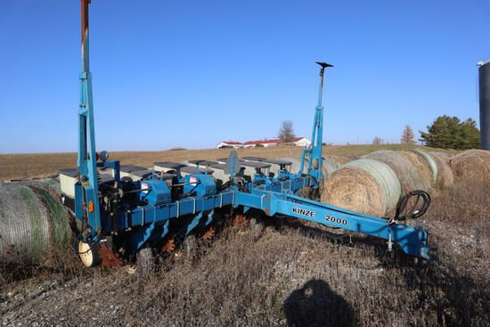 Kinze 2000, sn 607570, 6-Row w/ Trash Whips, seed boxes, dry fert. boxes.