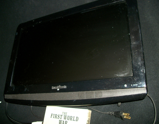 Lot 4: Bosonic Flat Screen Tv With Wall Hanging Mount And Dvd Series The First World War (Complete S