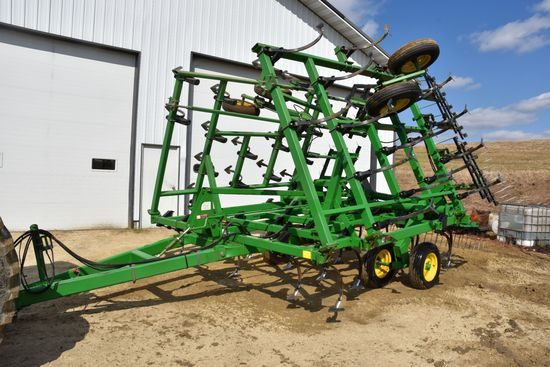 John Deere 980 Field Cultivator, 28.5', Walking Tandems, 3 Bar Mulcher, Like New Condition, 12' Main