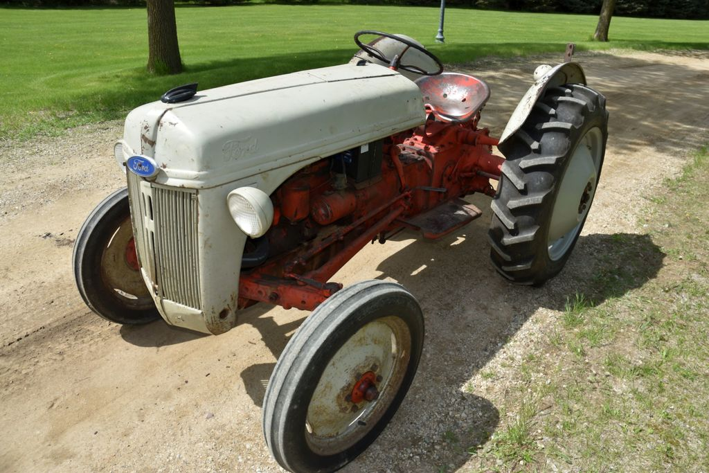 1952 Ford 8N Tractor, 3pt, Fenders, No Center Link, No Draw Bar, Runs Good, Front Grille Guard