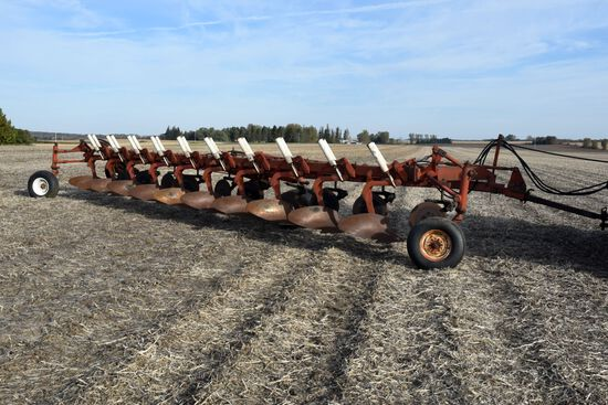 IH 800 Plow, 10 x 18's, Auto Reset Coulters, On Land Hitch Draw Bar