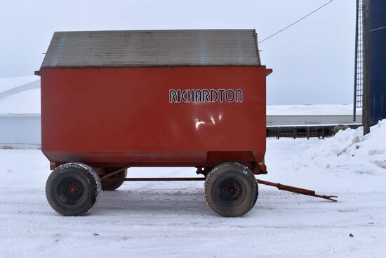 Richardson 750 Hydraulic Dump Box, 750 Cubic Feet, 22.5 Tires, Roof