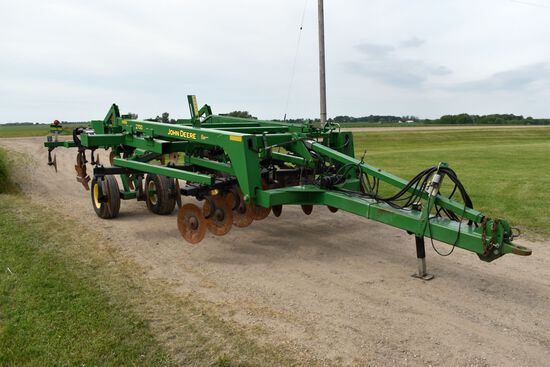 John Deere 2700 Riper 5 Shank, Double Disc Front, Rear Levelers, Hydraulic Adjust Front Disc & Rear