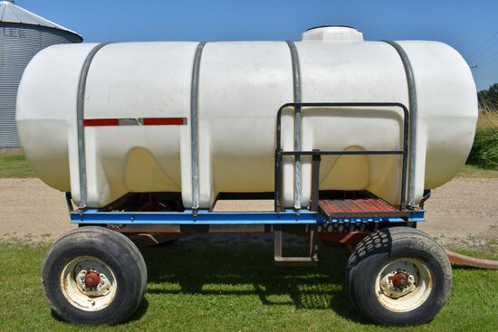 1600 Gallon Horizontal Poly Tank With Banjo Valve, On E-Z Trail 1072 Running Gear