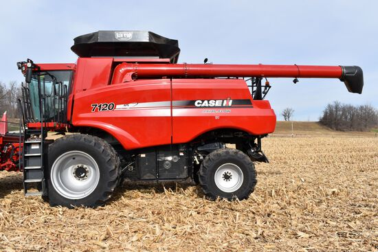 2011 Case IH 7120 Combine 2WD, 1948 Sep/2780 Engine Hours, 620/70R42 Duals, Chopper/Spreader, Field