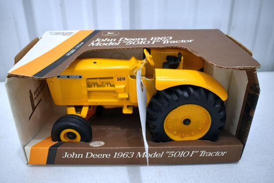 Ertl John Deere Model 5010i Tractor 1/16 scale with box