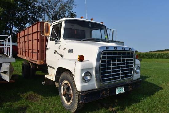 1972 Ford 750 single axle grain truck, 16' steel box and hoist, V8 gas, 4x2 speed, non running,