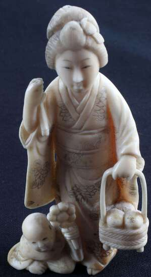 JAPANESE OKIMONO MEIJI PERIOD CARVED IVORY FIGURE
