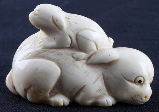 JAPANESE MEIJI PERIOD IVORY NETSUKE DOG FIGURE