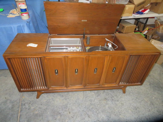 ZENITH RADIO & RECORD PLAYER IN CABINET