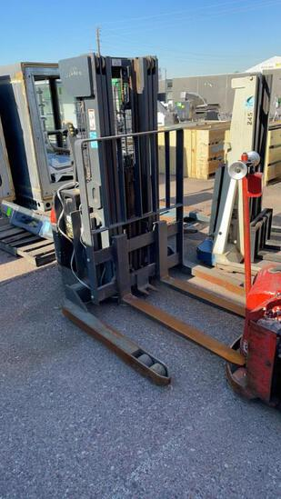 Linde electric walkie stacker