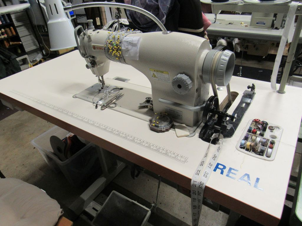 Singer commercial sewing machine model 191D-30 thread rack and light 110V single phase