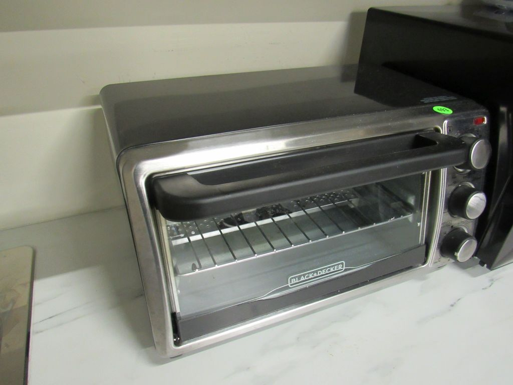 Black and Decker toaster oven (very clean)
