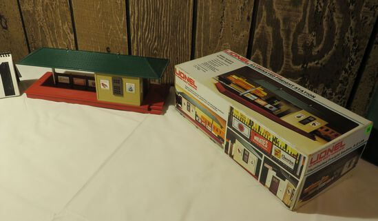 Lionel Illuminated Freight Station 6 -2129 with box