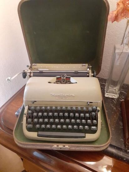 Remington Quiet-Riter - Miracle Tab Typewriter with Case