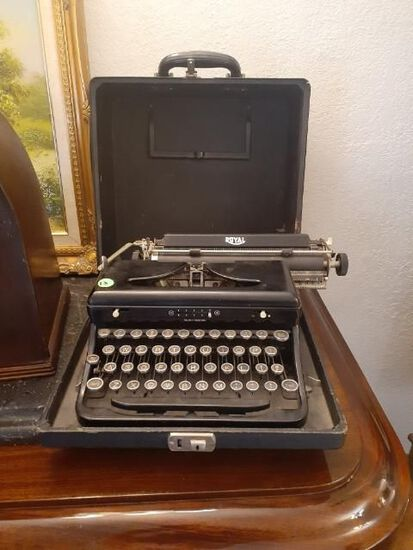 Royal Typewriter with original case - Vintage
