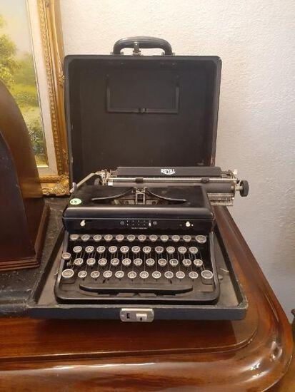 Royal Typewriter with original case - Vintage