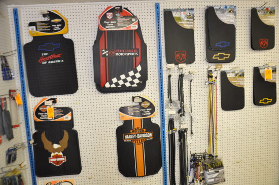 LOT OF FLOOR MATS, MUD FLAPS AND BUNGEE STRAPS