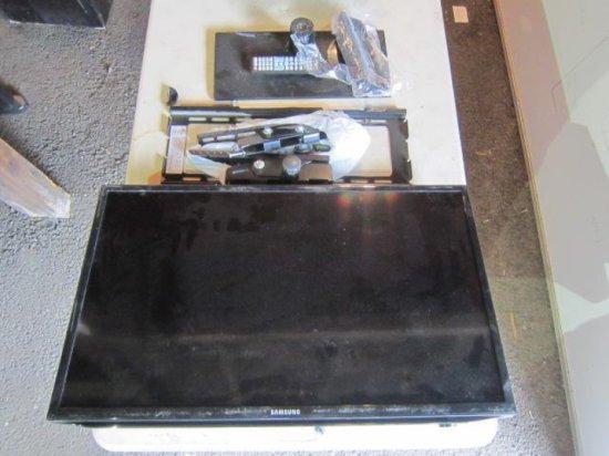 SAMSUNG UN32EH5000F FLATSCREEN TV W/STAND & WALL MOUNT