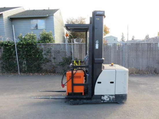 CROWN SP 3520-30 NARROW AISLE STAND FORKLIFT / STOCK PICKER