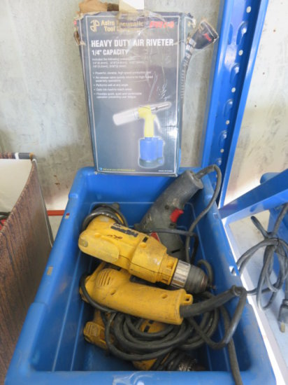 TOTE W/ (4) ELECTRIC (CORDED) DRILLS & (1) HEAVY DUTY AIR RIVETER