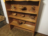 CONTENTS OF SHELF - ASSORTED WOOD BOWL DECOR & ANIMAL FIGURINES