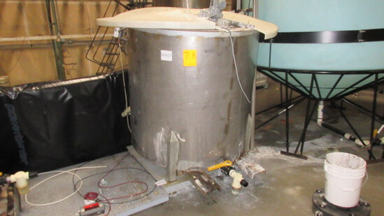 450 GALLON STAINLESS STEEL TANK W/ MIXER MOUNTED ON A PLATFORM