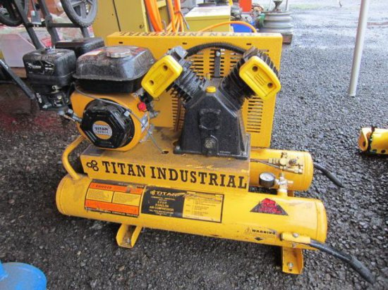 TITAN INDUSTRIAL TWIN TANK 8 GALLON AIR COMPRESSOR, 5.5HP, GAS