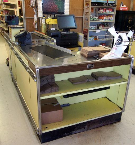 Uniqa 9' check out counter