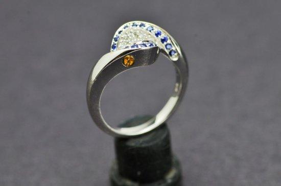 Beautiful Signature Ladies 750 18 KT White Gold Ring with Diamonds and Tanzanite 6.4 Grams