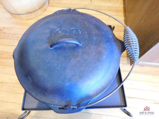 Lodge cast iron pot with bail