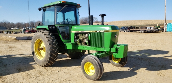 JD 4040 TRACTOR, NEW BATTERIES- ALWAYS IN SHED