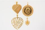 PENDANT:  [1] 21 KYG pendant with a rope chain border is set with 1 gold 1911 Sovereign coin;  50.8