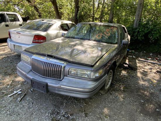1995 Lincoln Towncar Gray Tow# 90410