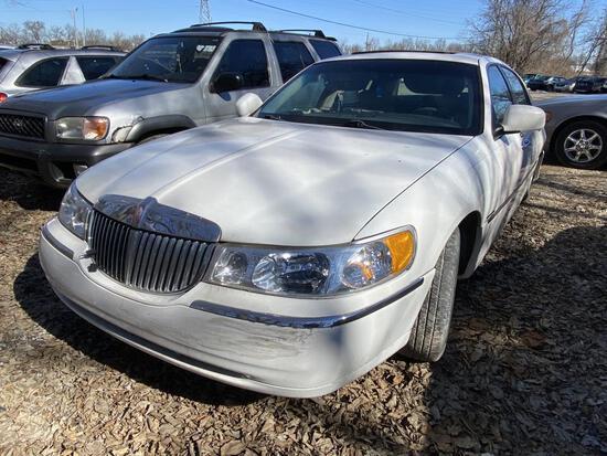 2001  LINCOLN  TOWN CAR   Tow# 101369