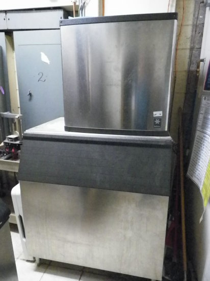 Manitowoc 1300 lb. IceMachine. 2001 Model C7308. Water Cooled. 3 Phase 208-