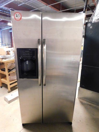 GE Refrigerator/Freezer, Side by Side Stainless Steel Doors w/Ice and Filtered Water
