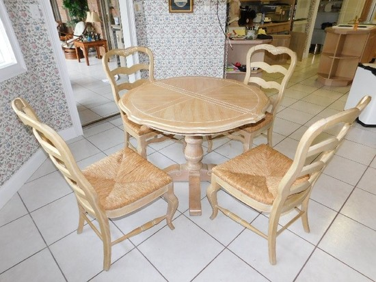 Single Pedestal Wooden Dining Table w/ (2) Leafs and (4) Rolling Bottom Lad