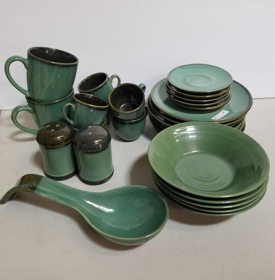 GREEN SERVING LOT OF 28 PIECES