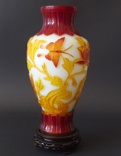 CHINESE TRI-COLORED PEKING GLASS VASE